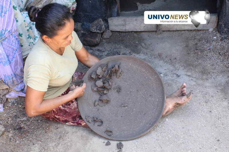 Mujeres: las manos que moldean la loza negra