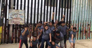 Jóvenes de teatro actúan en albergues de migrantes