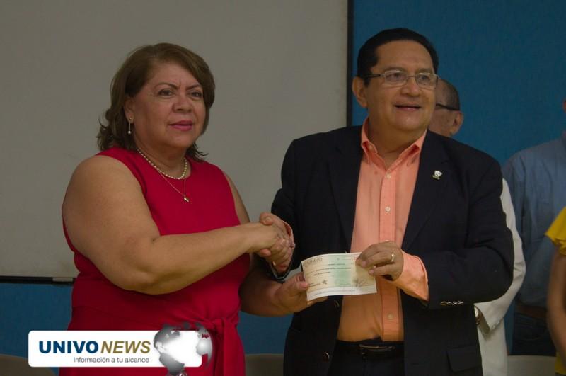 UNIVO realizó donativo para pasantes salvadoreños en el extranjero