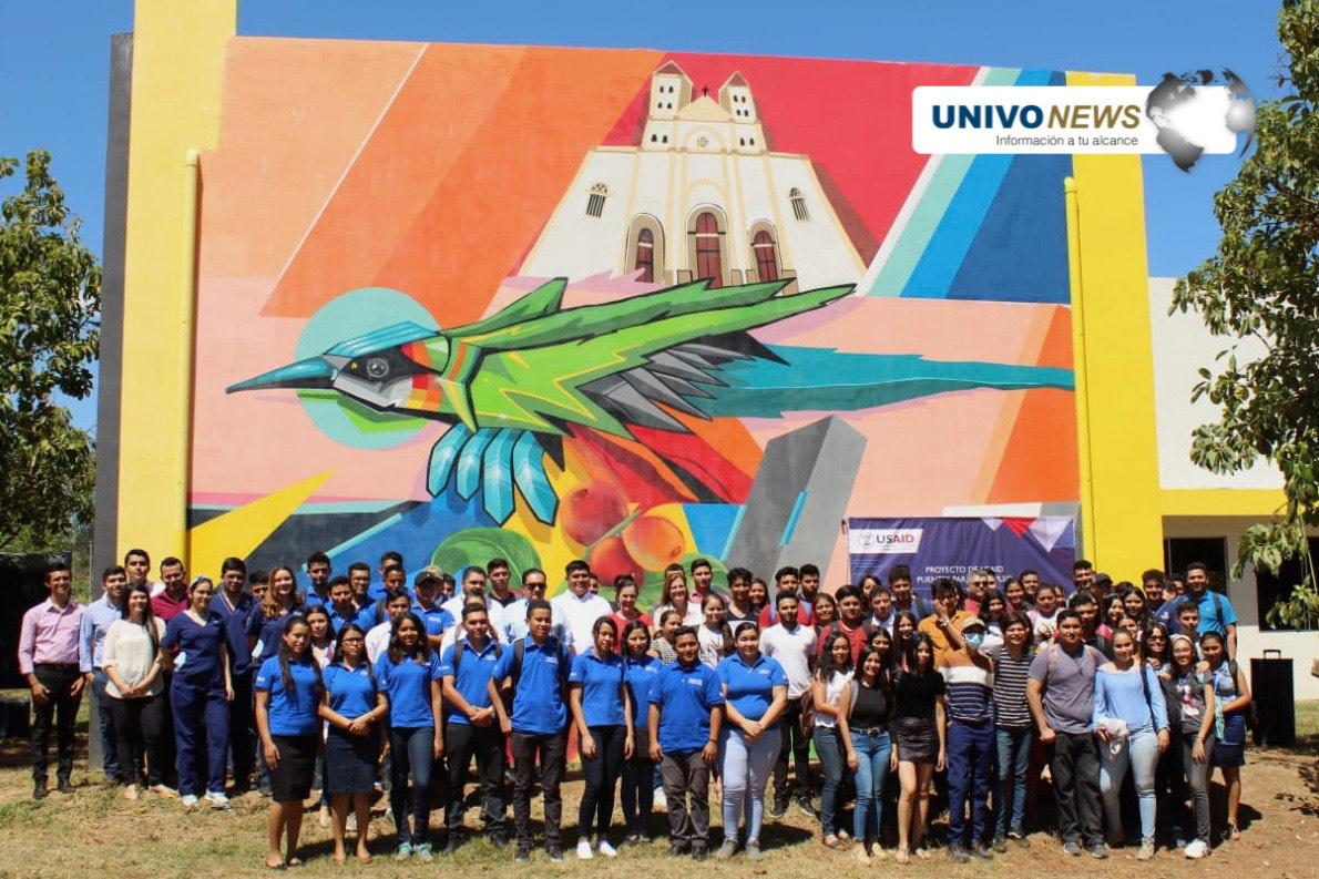 Photo of El torogoz, la catedral y el carnaval de San Miguel en un mural