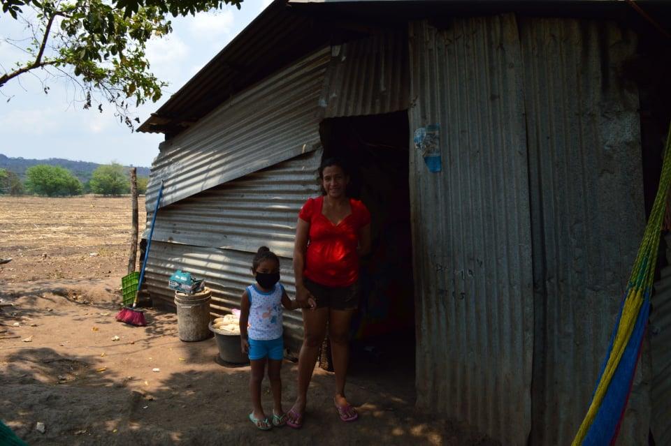 Photo of Viviendo entre láminas sin trabajo y sin comida