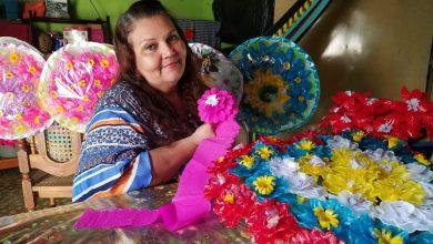 Photo of Dery López, artesana de flores en Nuevo Edén de San Juan