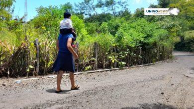 Photo of Madre carga a su hijo 2 kilómetros para que pueda estudiar